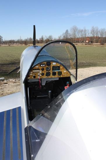Corsa-Cockpit:  Sitz, Pedalen und Steuerknüppel verstellbar
